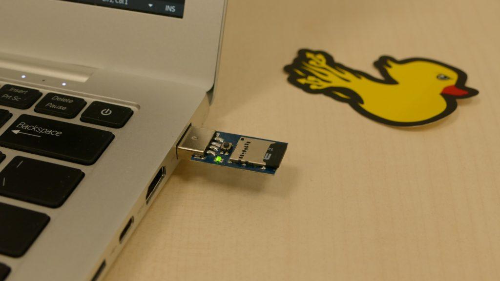 """Ci-dessus: Une """"vraie"""" clé Rubber Ducky (sans son boitier) plantée dans un ordinateur."""